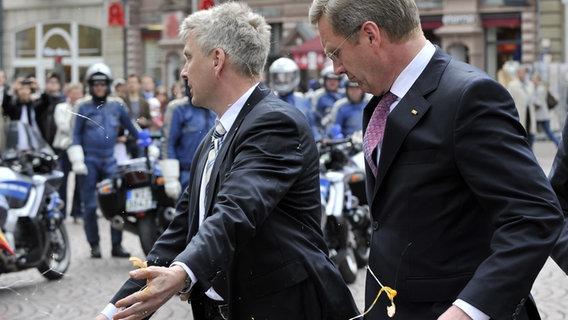 Bundespräsident Christian Wulff nach einer Eierattacke in Wiesbaden