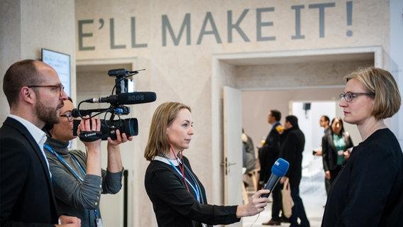 Nina Zimmermann interviewt Teilnehmer der Klimakonferenz in Paris und schaut hinter die Kulissen. © Nina Zimmermann Foto: Screenshot