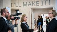 Nina Zimmermann interviewt Teilnehmer der Klimakonferenz in Paris und schaut hinter die Kulissen. © Nina Zimmermann Fotograf: Screenshot