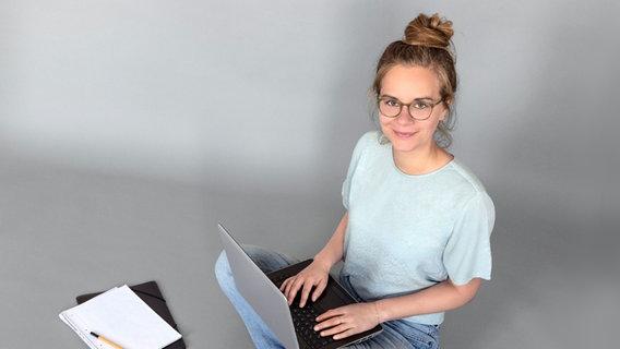 Anja Haufe sitzt an einem Laptop. © NDR/N-JOY Foto: Marcus Höhn
