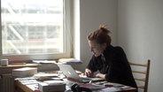 STRG_F-Reporterin Patrizia Schlosser bei ihrer Recherche zum Thema Spannervideos. © NDR/STRG_F
