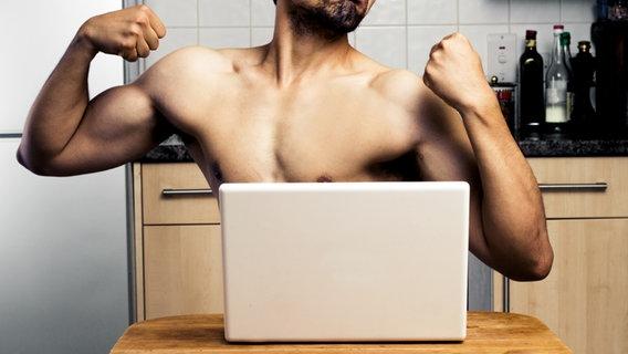 Mann mit nacktem Oberkörpert posiert vor einem Laptop. © LoloStock/fotolia Foto: LoloStock