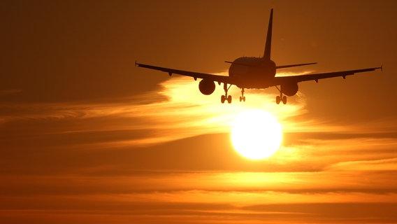 Die Tragfläche eines Flugzeugs in der Luft. © dpa Foto: Patrick Seeger