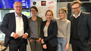 Joachim Knuth, Melanie Fuchs, Nina Zimmermann, Anne Raddatz und Norbert Grundei im N-JOY Studio. © NDR