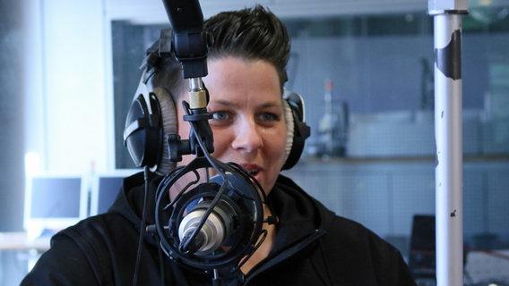 Kerstin Ott im N-JOY Studio an Ostern 2016. © NDR Foto: Nina Rodenberg