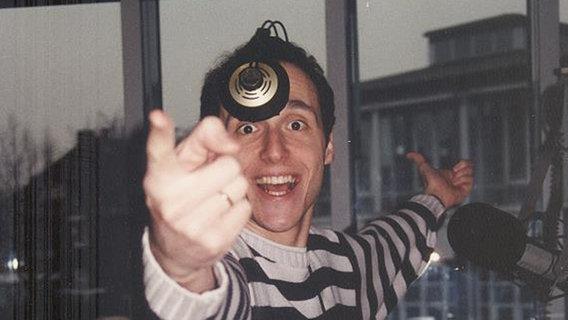 Ein Blick hinter die Kulissen bei N-JOY in den 90er Jahren: Moderator Cyrus Sadri. © N-JOY