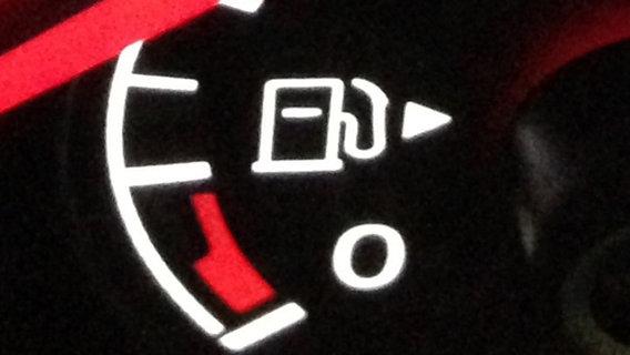 Ein Pfeil leuchtet neben dem Zapfsymbol im Auto-Cockpit.