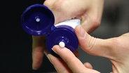 Aus einer Tube wird Handcreme entnommen. © NDR