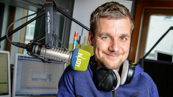 Das Bild zeigt Tobi Schlegl an einem N-JOY Mirkofon. © N-JOY / Benjamin Hüllenkremer Foto: Benjamin Hüllenkremer