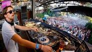 Zu sehen ist der Berliner DJ Wankelmut. © imago/Becker&Bredel