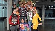 Gruppenfoto: Das N-JOY Team zeigt seine Weihnachtspullover. © NDR/N-JOY