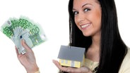 Eine Frau hält ein Modell-Haus und Geldscheine in den Händen. ©  picture alliance/chromorange