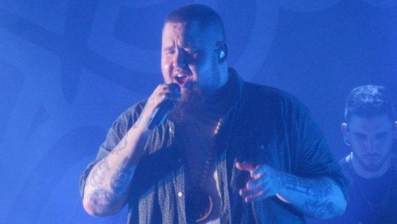 Zu sehen ist der Sänger Rag 'n' Bone Man bei einem Konzert im Hamburger Docks. © N-JOY Foto: Christian Wohlrab