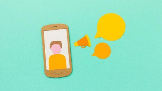 Das Bild  zeigt ein gebasteltes Smartphone aus Pappe neben dem Sprechblasen aufgeklebt sind. © Photocase.de / Marie Maerz Foto: Marie Maerz