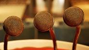Drei alte Mikrofone in einem Studio © fotolia/DianaH