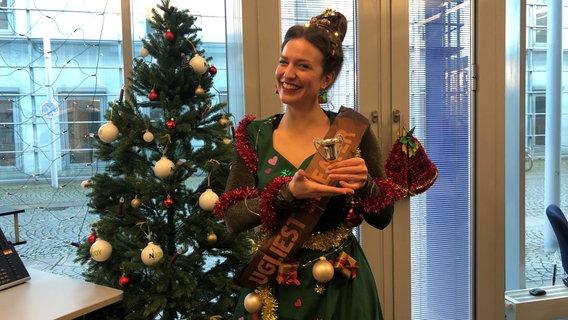 Katharina Ratzmann aus dem N-JOY Team mit ihrem Weihnachtsoutfit. © NDR/N-JOY
