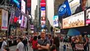 Cyrus Sadri steht am Times Square in New York. © Cyrus Sadri