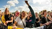 Publikum feiert Tom Walker auf der Bühne beim Hurricane-Festival 2018 in Scheeßel. © NDR Foto: Benjamin Hüllenkremer