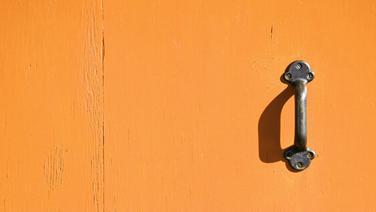 Eine gelbe Tür mit Metallgriff. © photocase.de Fotograf: time. / photocase.de