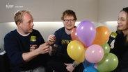 Das Bild zeigt Ed Sheeran zusammen mit Nina Zimmermann und Christain Haacke. © NDR Fotograf: NDR