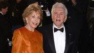Zu sehen ist der Schauspieler Kirk Douglas mit seiner Ehefrau Anne. © picture alliance Fotograf: LUIS MARTINEZ