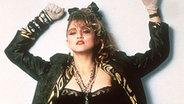 1985: Madonna in ihrem typischen 80er-Jahre-Outfit © dpa
