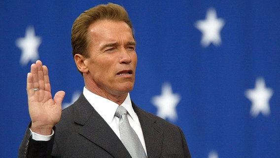 Schwarzenegger wird als Gouverneur von Kalifornien vereidigt © picture-alliance / dpa/dpaweb Foto: epa Brendan Mcdermid